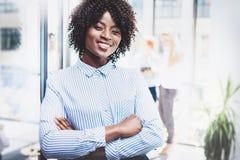 Portret młoda piękna afrykańska kobiety pozycja z rękami składać i kolegami na tle wszystkie zdjęcia na bizneswomanów wzorów pros Zdjęcia Stock