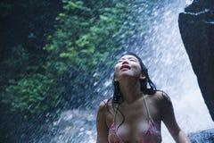 Portret młoda piękna Azjatycka dziewczyna patrzeje czysty i cieszy się natury piękno z twarzy mokrą poniższą zadziwia piękną natu Obraz Stock