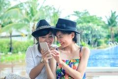 Portret młoda piękna azjatykcia kobieta śmia się z szczęściem Zdjęcia Royalty Free