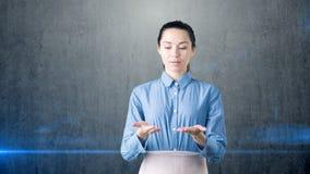 Portret młoda piękna biznesowa kobieta patrzeje w dół na jej rękach i opróżnia przestrzeń Obraz Stock