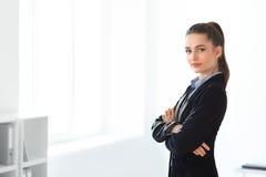 Portret młoda piękna biznesowa kobieta w biurze Zdjęcie Stock