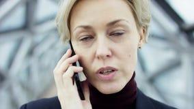 Portret młoda piękna biznesowa kobieta w tylnym kostiumu bez szkieł, chodzi wokoło miasta w biznesie zdjęcie wideo