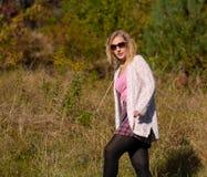 Portret młoda piękna blondynki kobieta na jesieni tle - plenerowym zdjęcie stock