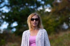 Portret młoda piękna blondynki kobieta na jesieni tle - plenerowym obrazy royalty free