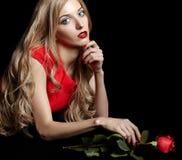 Portret młoda piękna blondynki kobieta w czerwieni sukni z czerwienią r Obraz Stock