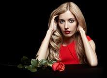 Portret młoda piękna blondynki kobieta w czerwieni sukni z czerwienią r Obrazy Royalty Free