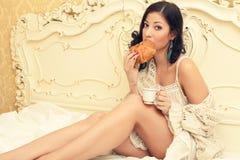 Portret młoda piękna brunetka ma śniadanie zdjęcia royalty free