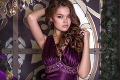 Portret młoda piękna brunetka w fiołkowej sukni Zdjęcia Royalty Free