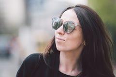 Portret młoda piękna caucasian kobieta na tle ulica Wzorcowa dziewczyna z długie włosy i okularami przeciwsłonecznymi zdjęcia stock