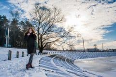 Portret młoda piękna czerwona włosiana europejska dziewczyna w zima sezonu blisko marznącej rzece obrazy stock