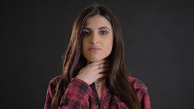 Portret młoda piękna długowłosa dziewczyna w plaided koszulowym cierpieniu od okropnego bolesnego gardła na czarnym tle obraz stock