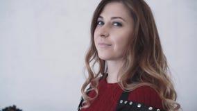 Portret młoda piękna dziewczyna ubierał w rzemiennym akcesorium Zwolnione tempo, zbliżenie zbiory wideo