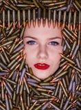 Portret młoda piękna dziewczyna w łowieckich ładownicach zdjęcia stock