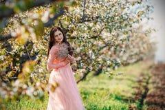 Portret młoda piękna dziewczyna w menchiach ubiera Obrazy Royalty Free