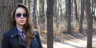 Portret młoda piękna dziewczyna w okularach przeciwsłonecznych Obrazy Royalty Free