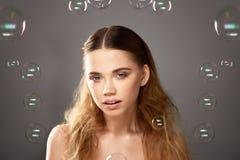 Portret młoda piękna dziewczyna w studiu, z fachowym makeup Piękno strzelanina Piękno mydlani bąble _ Zdjęcia Stock