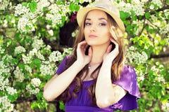 Portret młoda piękna dziewczyna w sukni i kapeluszu z długie włosy Wiosna fasonująca kobieta obraz royalty free