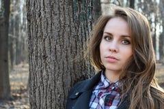 Portret młoda piękna dziewczyna w wiosna lesie Obraz Stock