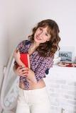 Portret młoda piękna dziewczyna z książką w rękach Zdjęcia Royalty Free