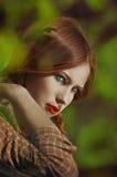 Portret młoda piękna dziewczyna z piegami i pigtails Zdjęcie Royalty Free