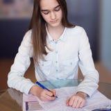 Portret młoda piękna dziewczyna z pracą domową zdjęcie royalty free