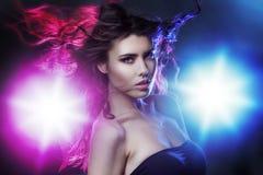 Portret młoda piękna dziewczyny brunetka wśród światła reflektorów, Skutek tonuje, noc klub, taniec kultura Obraz Stock