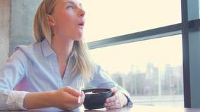 Portret młoda piękna kobieta je świeżej sałatki w domu zbiory wideo