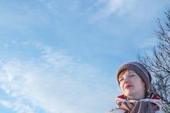Portret młoda piękna kobieta patrzeje daleko od przy zimą Obrazy Royalty Free