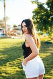 Portret młoda piękna kobieta przeciw lato ogródowi na powołaniu zdjęcie stock