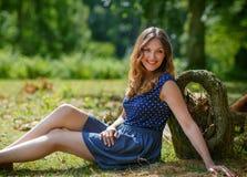 Portret młoda piękna kobieta relaksuje w lato lesie zdjęcie royalty free
