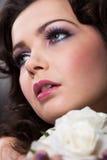 Młoda Kobieta Trzyma Białe róże obraz stock