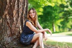 Portret młoda piękna kobieta w lato lesie zdjęcia stock