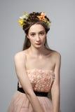 Portret młoda piękna kobieta w menchiach ubiera Zdjęcia Royalty Free