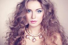 Portret młoda piękna kobieta z biżuterią Zdjęcia Stock