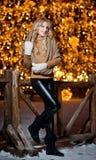 Portret młoda piękna kobieta z długi uczciwy włosiany plenerowym w zimnym zima dniu. Piękna blondynki dziewczyna w zimie odziewa Fotografia Royalty Free