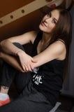 Portret młoda piękna kobieta z długie włosy pozować w gym Zdjęcie Stock