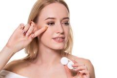 Portret Młoda Piękna kobieta Z Naturalnym Makeup I kontaktu oka obiektywem W ręce W górę kobieta modela mienia obrazy stock