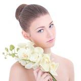 Portret młoda piękna kobieta z storczykowym kwiatem odizolowywającym dalej Obrazy Stock