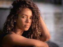 Portret młoda piękna Latina kobieta patrzeje kamerę Zdjęcia Stock