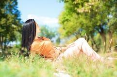 Portret młoda piękna młoda kobieta na natury być usytuowanym Zdjęcia Royalty Free