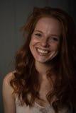 Portret młoda, piękna, miedzianowłosa kobieta która śmia się, obrazy royalty free