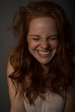 Portret młoda, piękna, miedzianowłosa kobieta która śmia się, zdjęcie royalty free