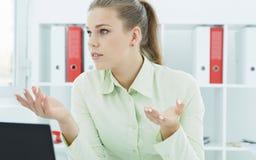 Portret młoda piękna poważna biznesowa kobieta wyjaśnia coś partner biznesowy Komunikacyjny pojęcie Obrazy Stock