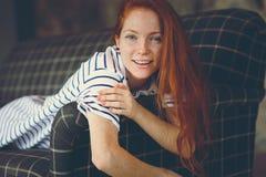 Portret młoda piękna rudzielec kobieta relaksuje w domu w jesieni ot zimy wygodnym wieczór Zdjęcia Royalty Free