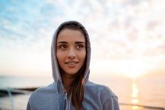 Portret młoda piękna sportive dziewczyna przy wschodem słońca nad nadmorski zdjęcia stock
