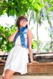 Portret Młoda piękna tropikalna kobieta na wakacje w Asia, Bali Relaksujący na tropikalnej plaży, morze krajobraz i Obrazy Royalty Free
