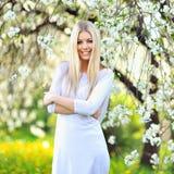 Portret młoda piękna uśmiechnięta kobieta outdoors obrazy royalty free