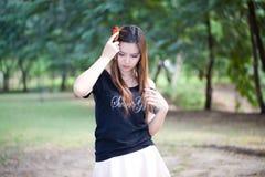 Portret młoda piękna uśmiechnięta kobieta robi włosy up Obraz Stock