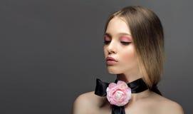 Portret młoda piękna zdrowa kobieta z fantazj menchii różą o Obraz Stock