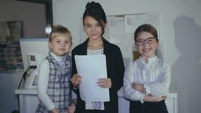 Portret młoda pomyślna mała biznes drużyna w biurze 4K zdjęcie wideo